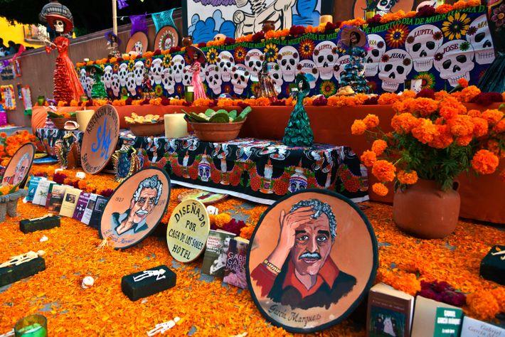 Retratos del autor Gabriel García Márquez distribuidos en línea en un altar en San Miguel de ...