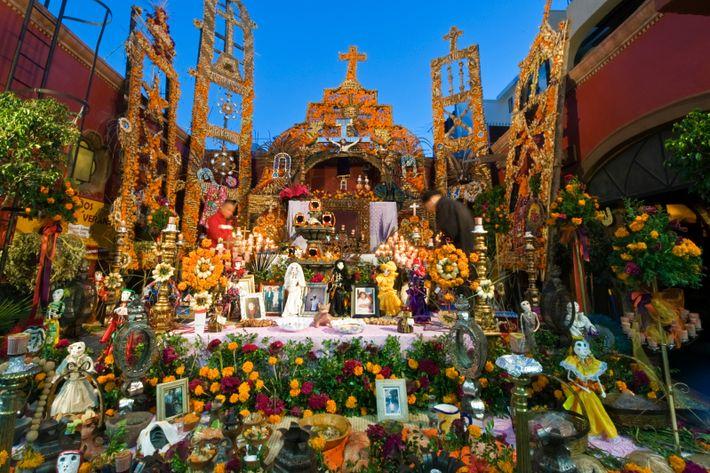 Las caléndulas y las fotos familiares decoran un altar del Día de los Muertos en San ...