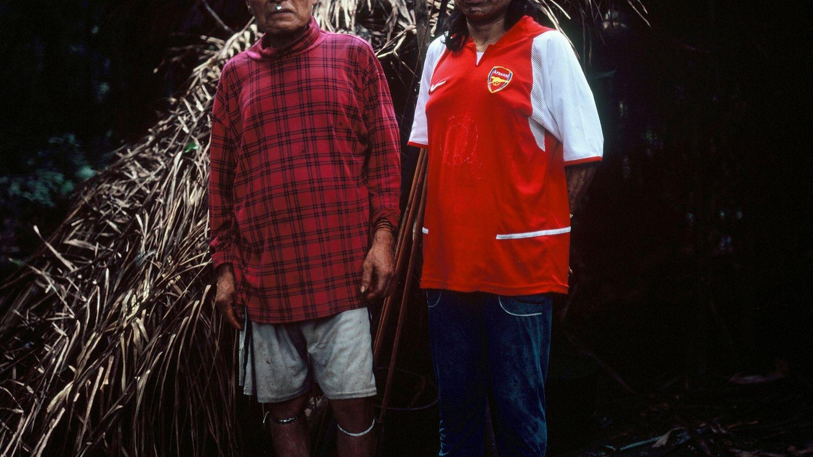 Shuri y su esposa Janet frente a su refugio con techo de palma, o maloca, en mayo ...