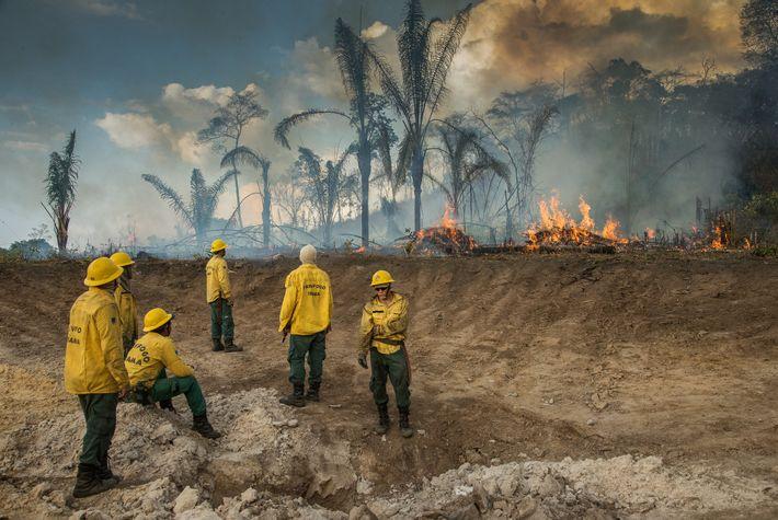 Un escuadrón de bomberos compuesto por indígenas Guajajara y voluntarios descansa luego de controlar un incendio ...