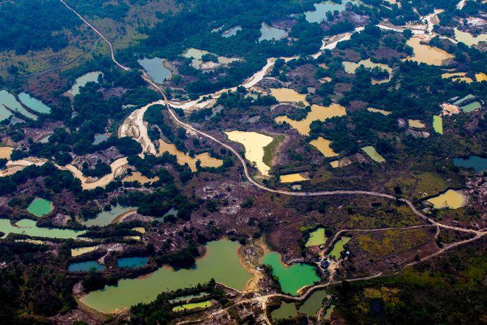 Vista aérea del campamento minero informal de oro Esperanca IV, cerca del territorio indígena Menkragnoti, en ...