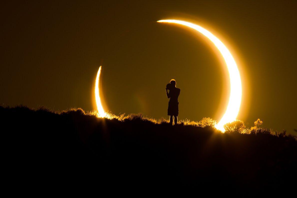 Una persona observa el eclipse solar anular desde Nuevo México.