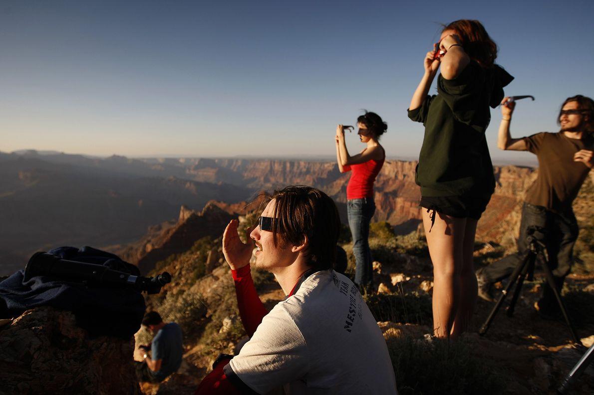 Estas personas usan gafas de eclipse para observar un eclipse solar anular.