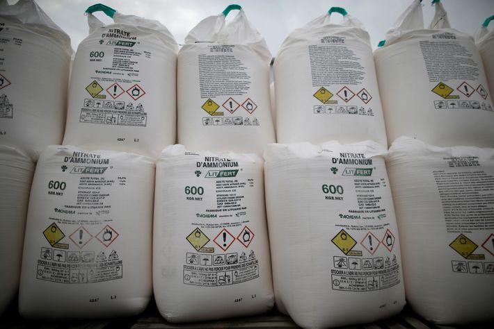 Se muestran bolsas con fertilizante de nitrato de amonio en un centro de comercio agrícola en ...