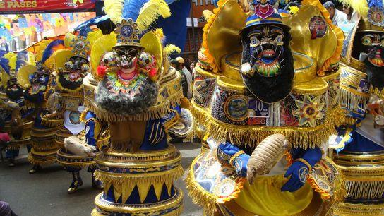 Cada año, más de mil bailarines en el Carnaval de Oruro, en Bolivia, llevan matracas o ...