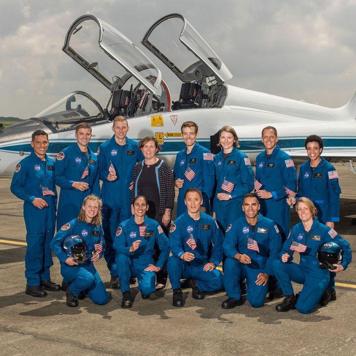 La encargada de seleccionar a los astronautas de la NASA, Anne Roemer, junto al grupo de ...
