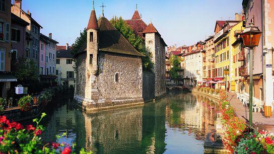 """ANNECY, FRANCIA Esta encantadora ciudad medieval en el sureste de Francia es considerada la """"Venecia de los ..."""