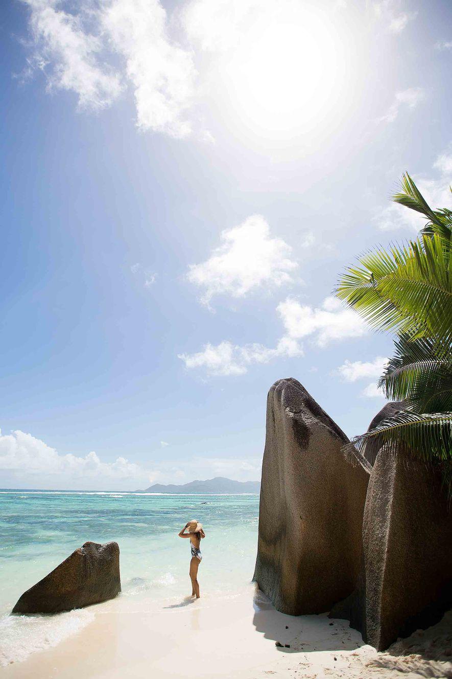 Una mujer bajo el sol, en Anse Source d'Argent, La Digue, Islas Seychelles.