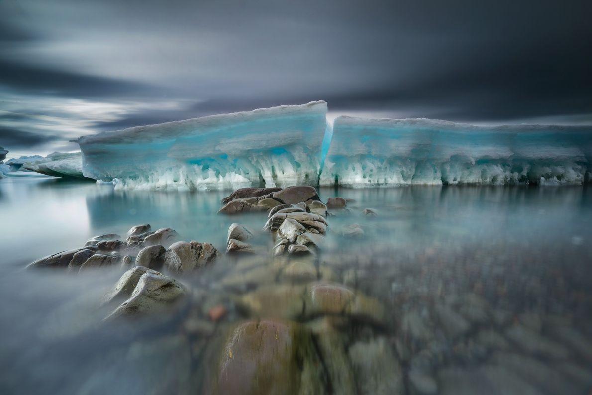 Estas piedras desgastadas por el mar forman un camino hacia el hielo marino quebrado. El hielo ...