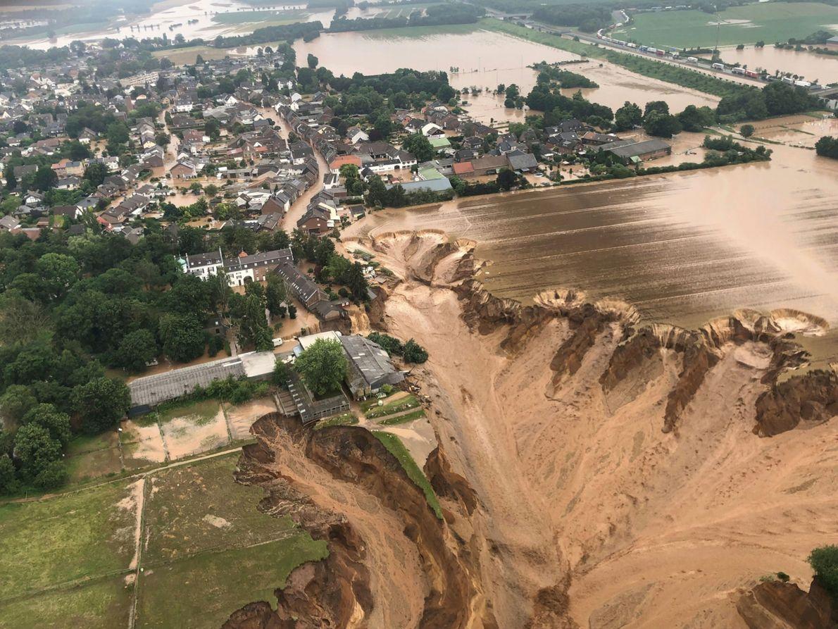 Una foto compartida por el gobierno del distrito de Colonia en Alemania muestra las inundaciones en ...