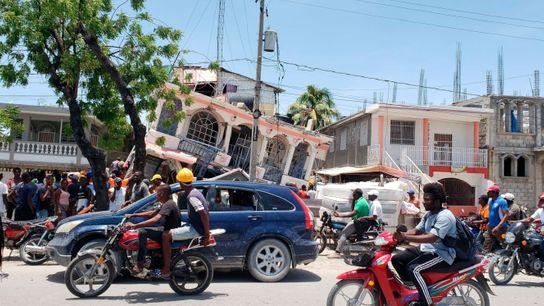 Los temblores causados por el terremoto de magnitud 7.2 derrumbaron casas y negocios en el suroeste ...