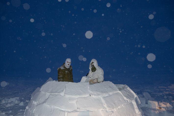 Los soldados canadienses construyen un iglú durante la fase ártica de su formación para convertirse en ...