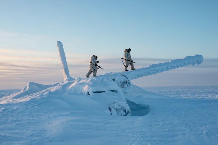Los soldados canadienses se suben a los restos de un avión a casi 1600 kilómetros al ...