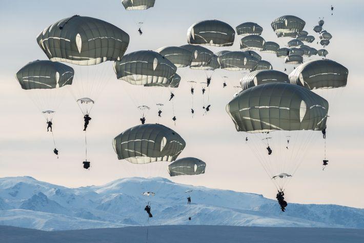 Unos 400 soldados estadounidenses caen sobre la Donnelly Training Area cerca de Fort Greely, Alaska. En ...