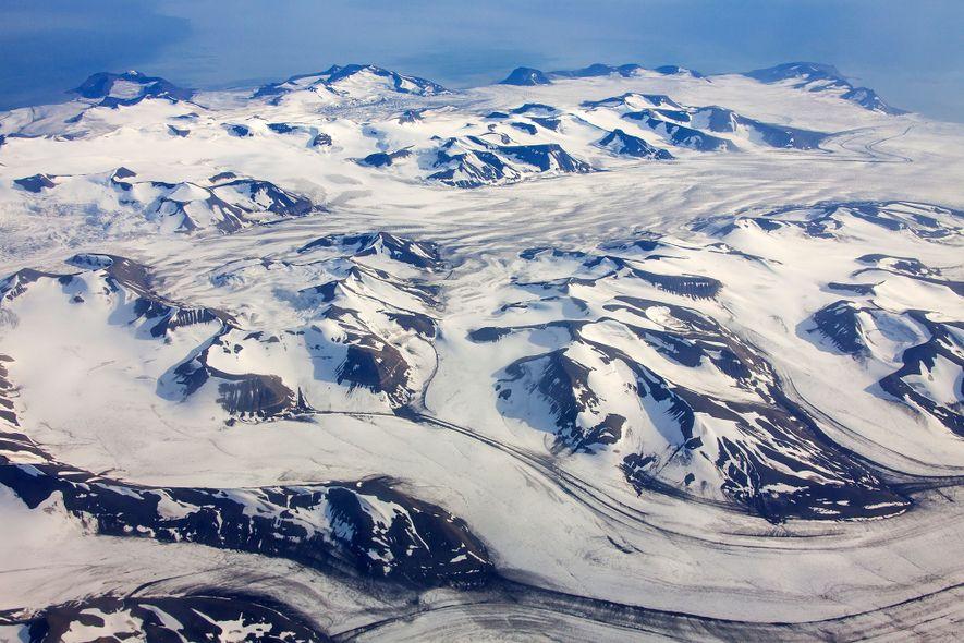 Hallan pequeños pedazos de plástico en la nieve del Ártico