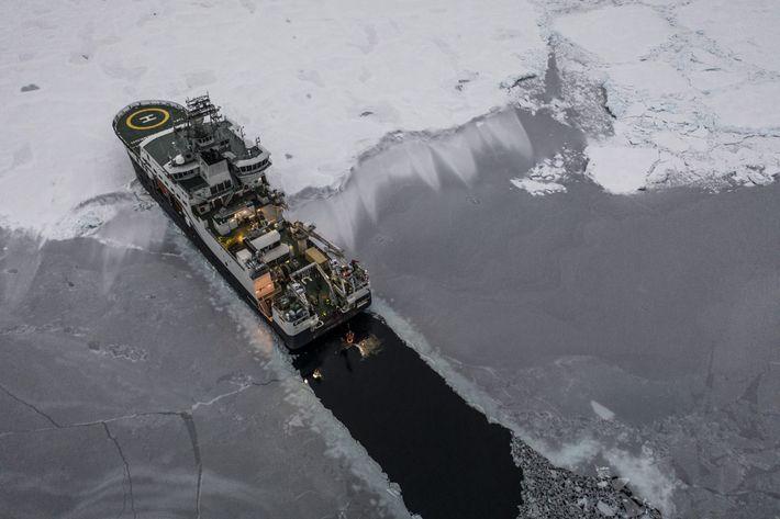 El rompehielos Kronprins Haakon abre un oscuro camino sobre la cubierta de hielo del Ártico mientras ...