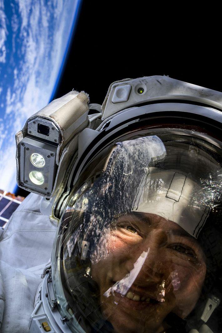 La astronauta de la NASA Christina Koch se toma una selfie en el espacio con la ...