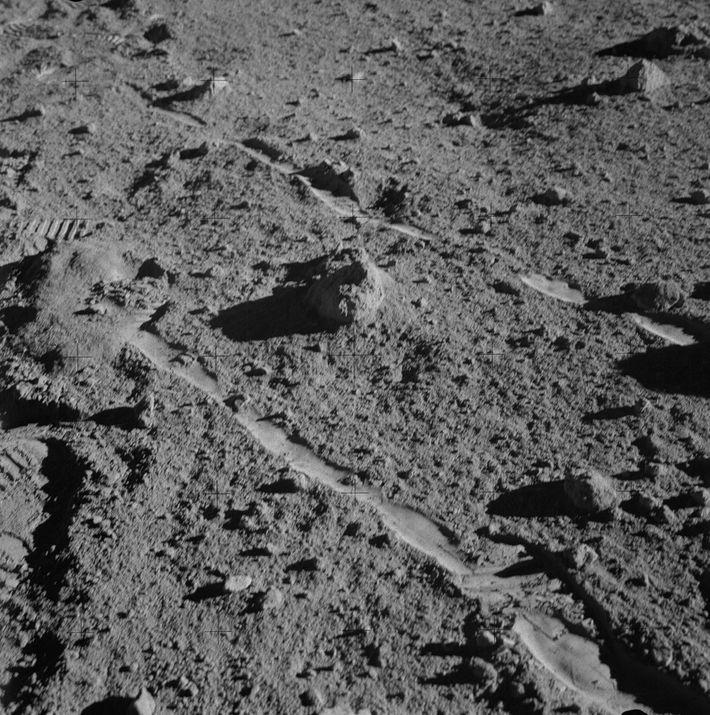 El astronauta del Apolo 14, Alan Shepard, tomó esta fotografía de la roca conocida como 14321, ...