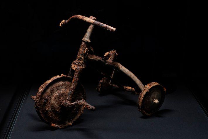 Shinichi Tetsutani, de tres años, estaba andando en este triciclo cuando arrojaron la bomba. Murió esa ...