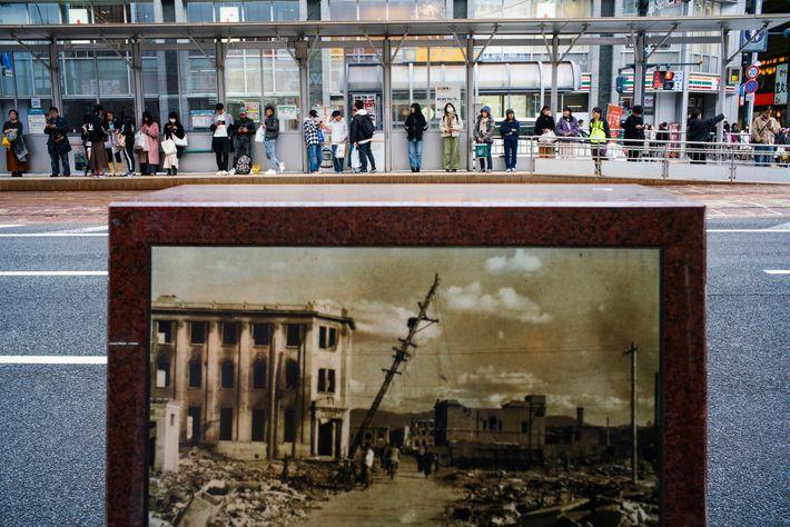 Un pequeño monumento en el centro de Hiroshima revela cómo se vio el área más afectada ...