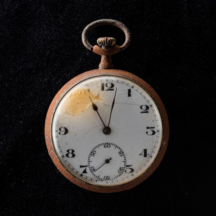 Las agujas de este reloj de bolsillo recuperado de Nagasaki se congelaron a las 11:02 a.m., ...