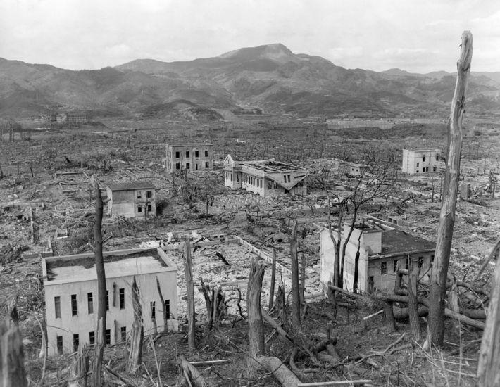"""""""Fat Man"""" arrasó gran parte de los edificios residenciales de madera de Nagasaki, dejando solo algunos ..."""