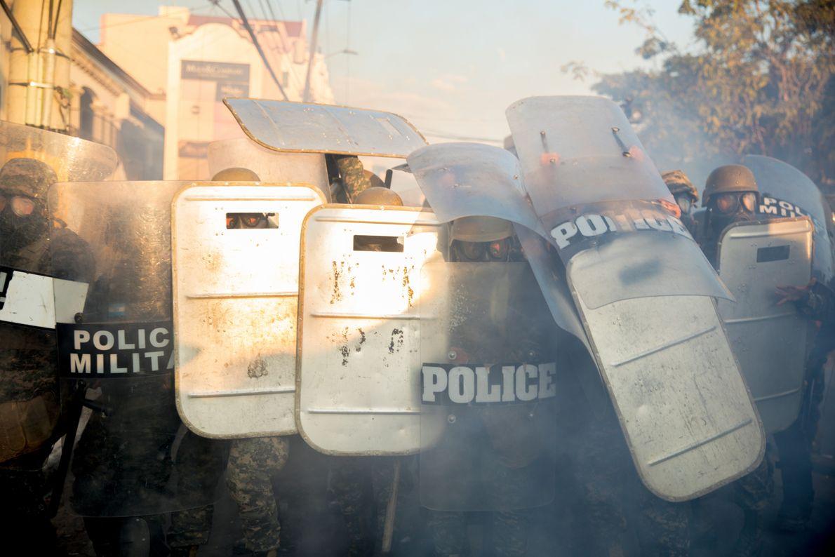 """""""Policía militar avanzan en contra manifestantes en contra el segundo mandato de Juan Orlando Hernández. Luego ..."""