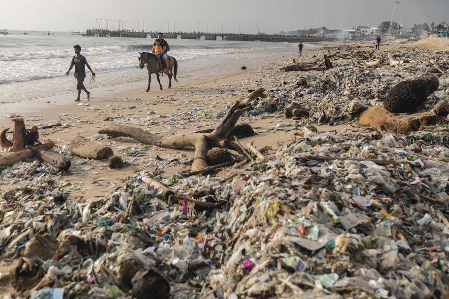 Bali lucha contra los desechos plásticos para recuperar sus hermosas playas