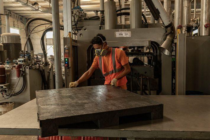 Un palé de plástico recién hecho es inspeccionado en el centro de reciclaje Re>Pal. Re>Pal gestiona ...