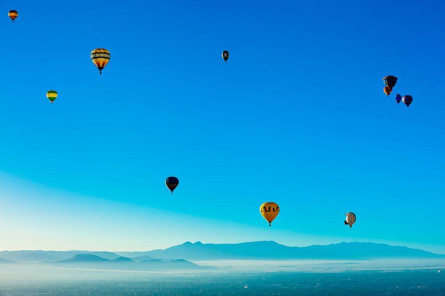 Los globos aerostáticos vuelan en el Festival Internacional de Globos de Albuquerque.