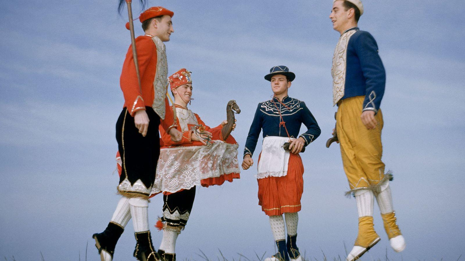 """Bailarines vascos tradicionales en una fotografía de """"National Geographic"""" tomada en la década de 1950."""