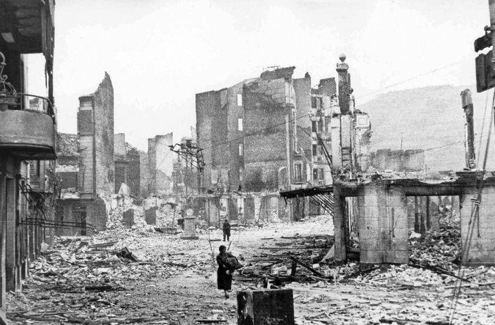 La ciudad vasca de Guernica quedó reducida a escombros tras ser bombardeada por aviones alemanes e ...