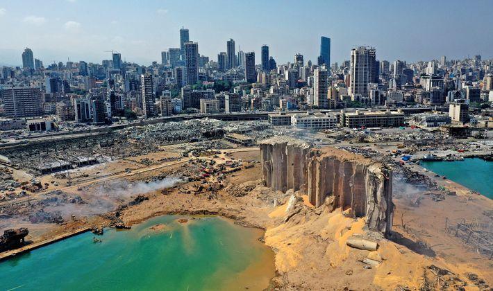 Una vista aérea muestra el daño masivo en los silos del puerto de Beirut y en ...
