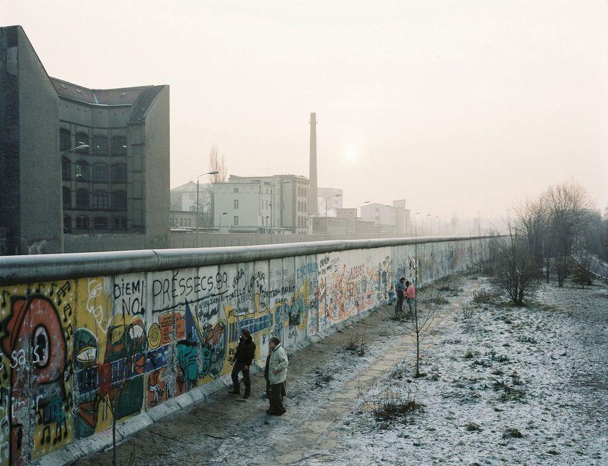 El Muro de Berlín se extendió por alrededor de 43 kilómetros por toda la ciudad, y ...