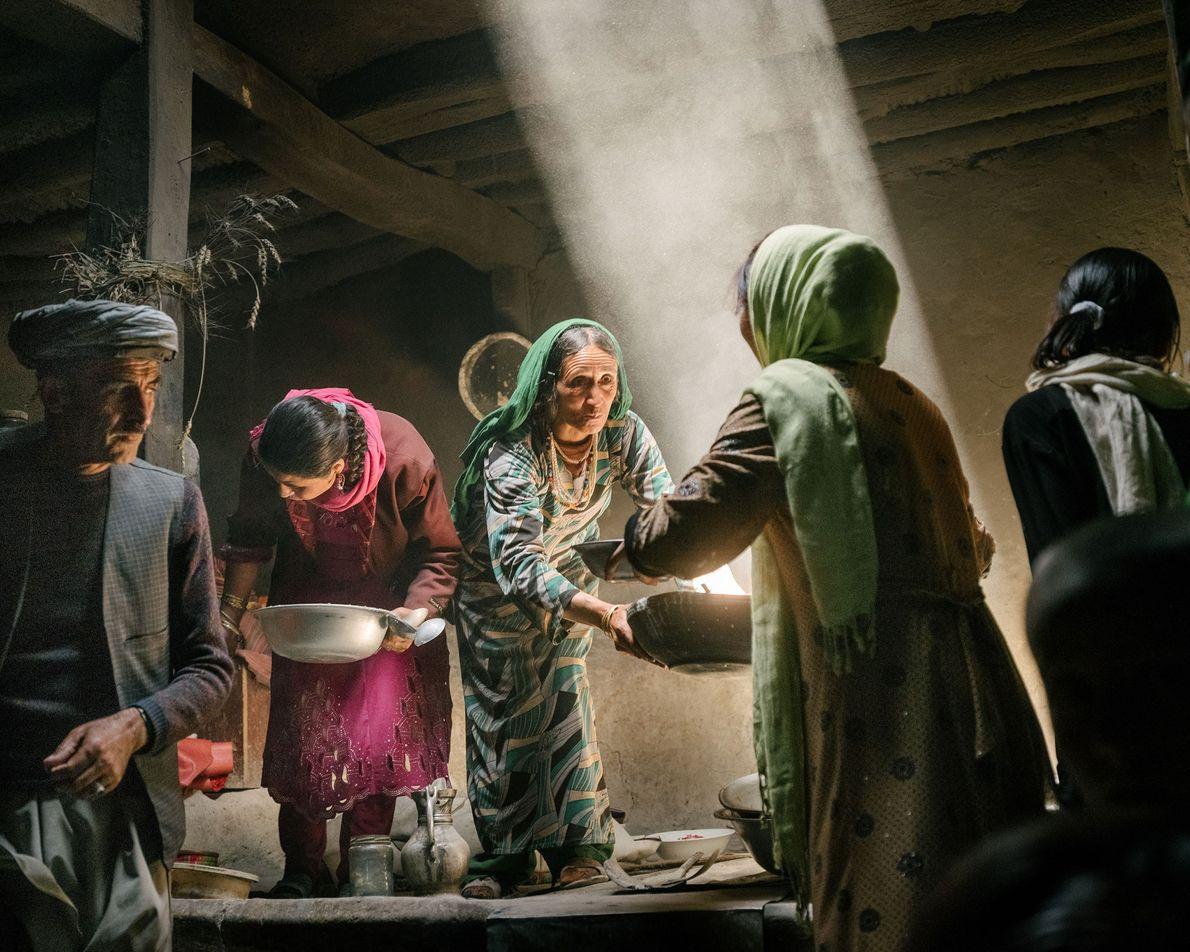 En la aldea de Qalahye Panjah, en el corredor Wakhan de Afganistán, las mujeres wakhi preparan ...