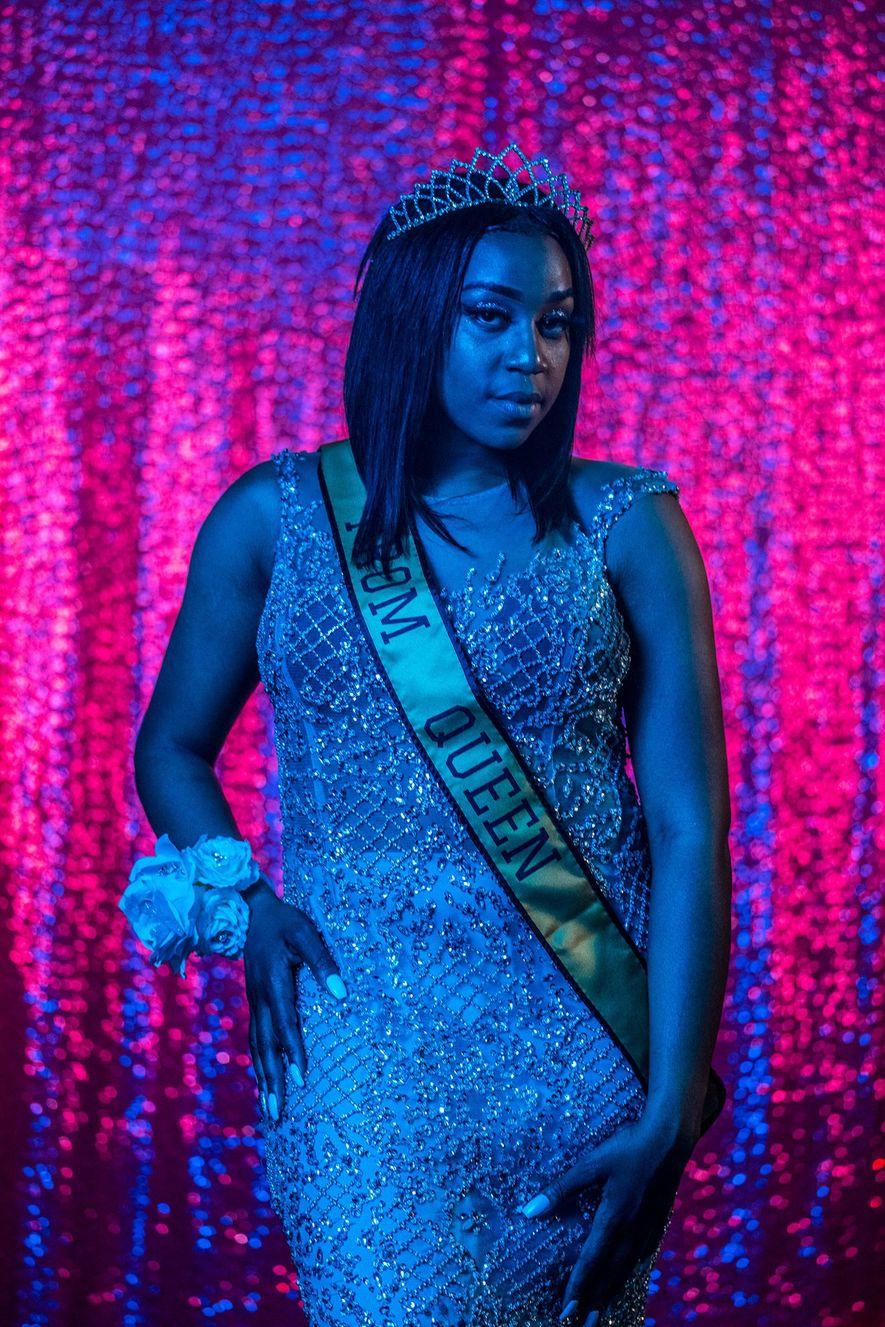 Cha'Leyah Fleming, estudiante de último año en Northwestern High School en Flint, Michigan, posa como reina ...
