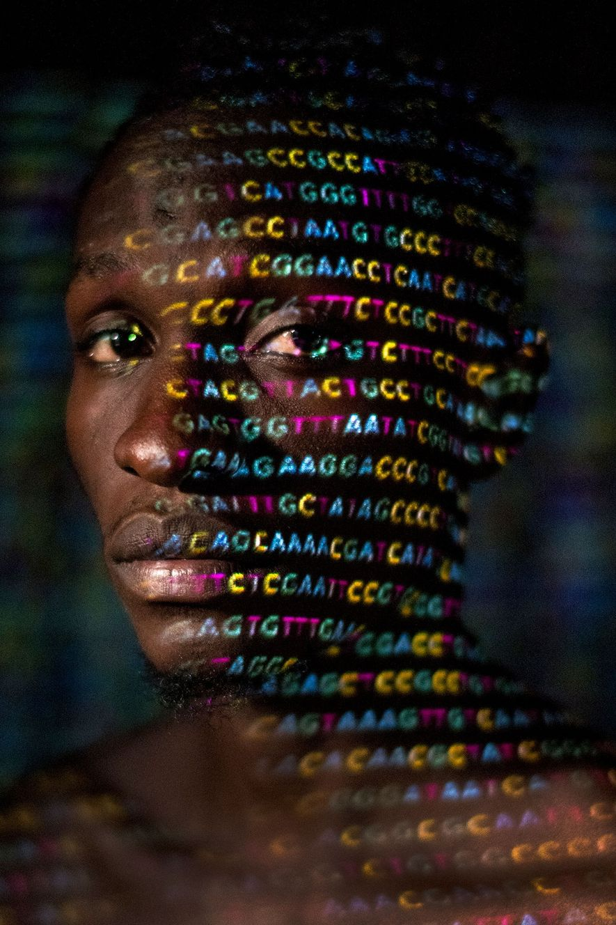Las cuatro letras del código genético (A, C, G y T) se proyectan en Ryan Lingarmillar, ...