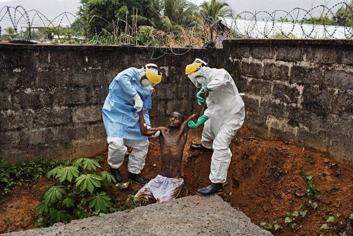 """HASTINGS, Sierra Leona """"Esta imagen me atormenta como pocas"""", expresa el fotógrafo Pete Muller. En 2014, Muller ..."""