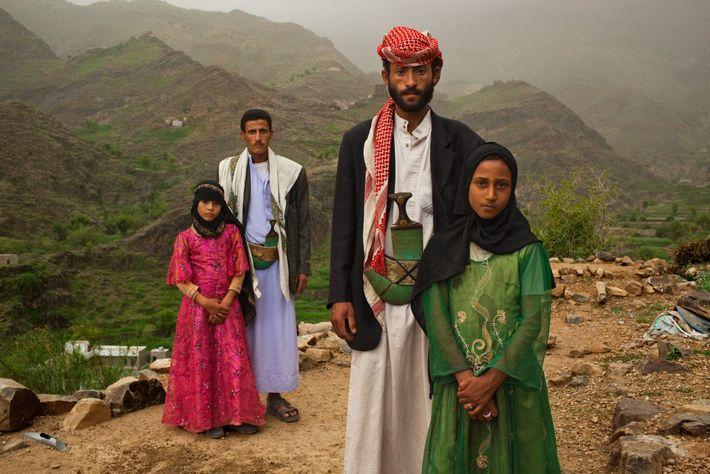HAJJAH, Yemen. Los hombres que están con estas muchachas yemeníes no son sus padres. Para su proyecto ...