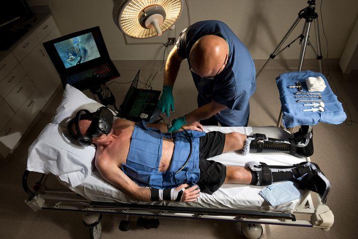 Durante una cirugía ortopédica en el Centro Médico Harborview de UW Medicine en Seattle, el paciente ...