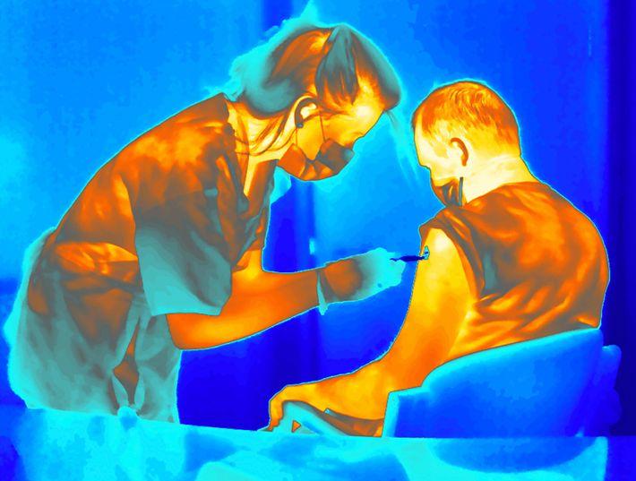 Este voluntario recibe una vacuna anti-COVID-19 refrigerada que fue desarrollada en la Universidad de Oxford en Inglaterra. El ...