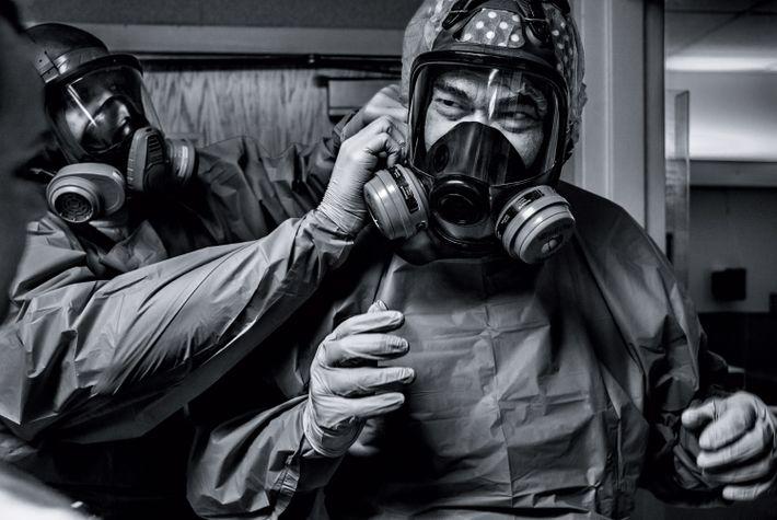 El médico Gerald Foret se pone una máscara protectora antes de atender a los pacientes con ...