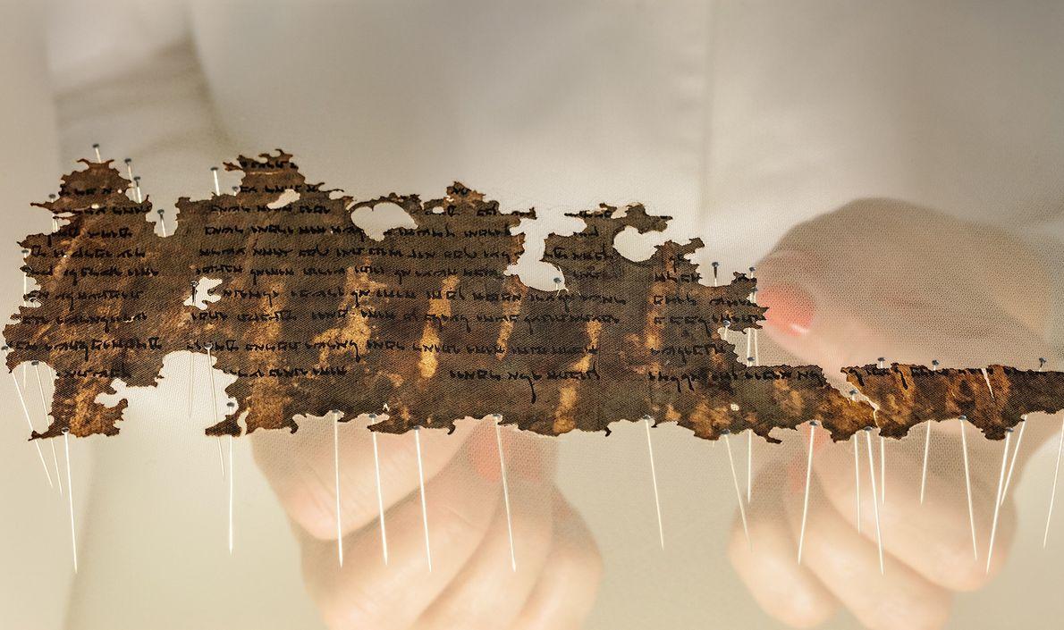 Un conservador de la Autoridad de Antigüedades de Israel prepara un fragmento de los Manuscritos del ...
