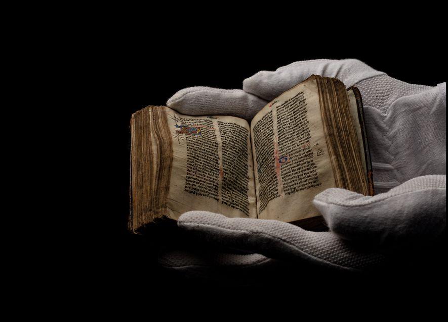 Copiado a mano alrededor de 1400, un Nuevo Testamento de Wycliffe en se exhibe en un ...