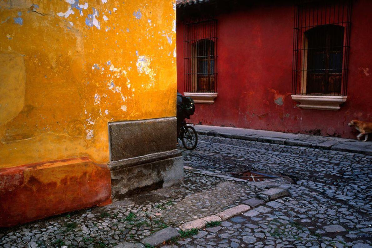 ANTIGUA GUATEMALA Muy temprano, al comenzar el día, un niño va a la escuela en bicicleta en ...
