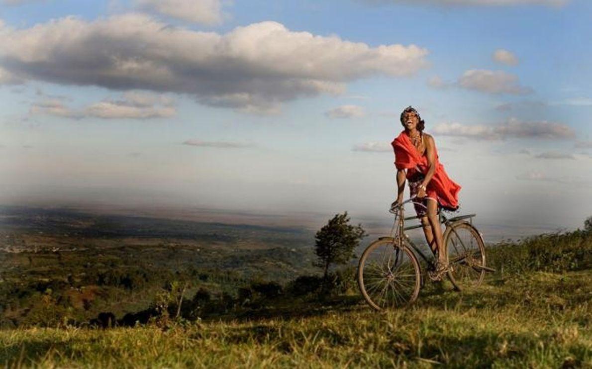 NGONG HILLS, KENYA Un masái está andando en bicicleta en las colinas de Ngong.