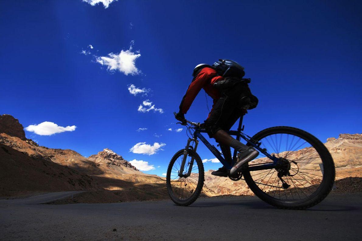 LADAKH, INDIA Este solitario ciclista fue visto cerca del paso Nakeela en Ladakh, India, a una altura ...