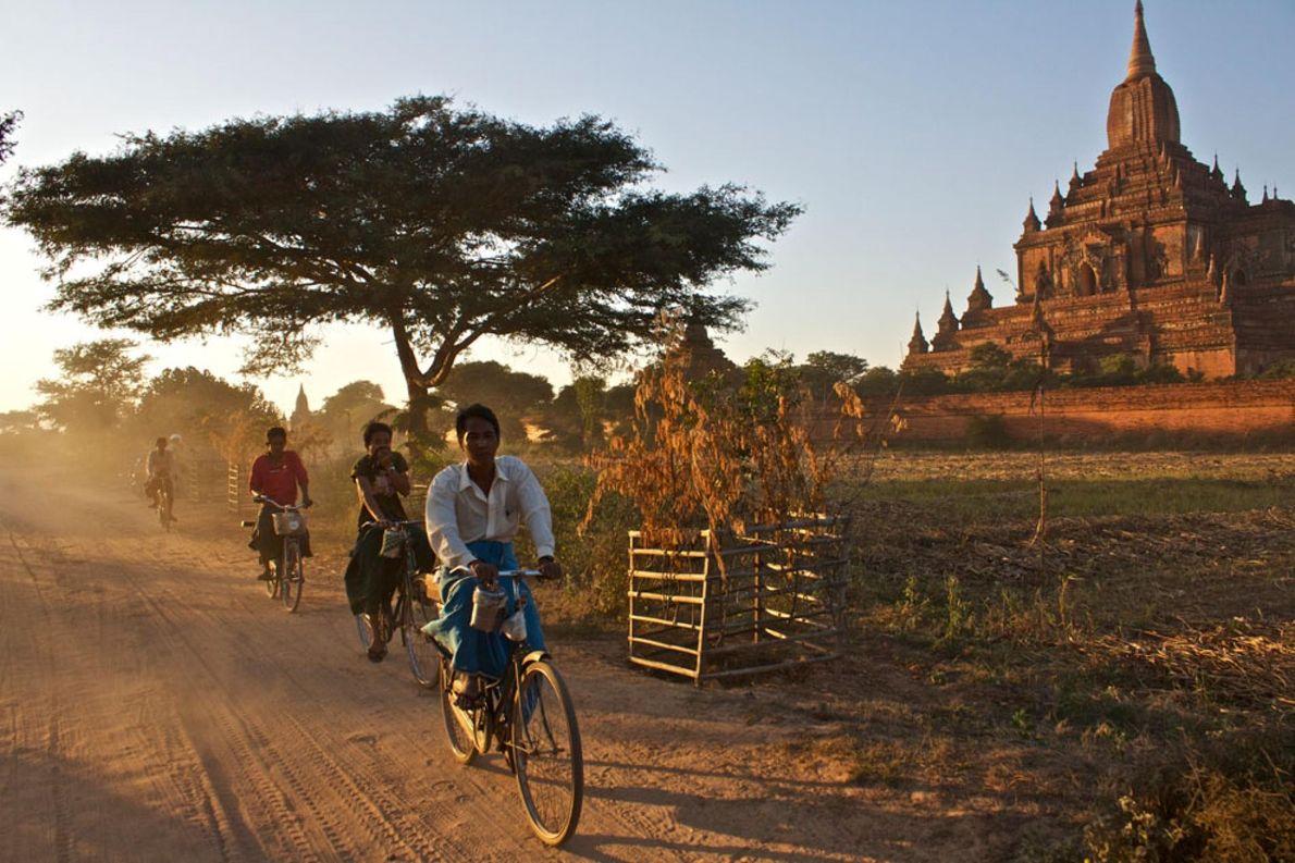 BAGHAN, MYANMAR Ciclistas.