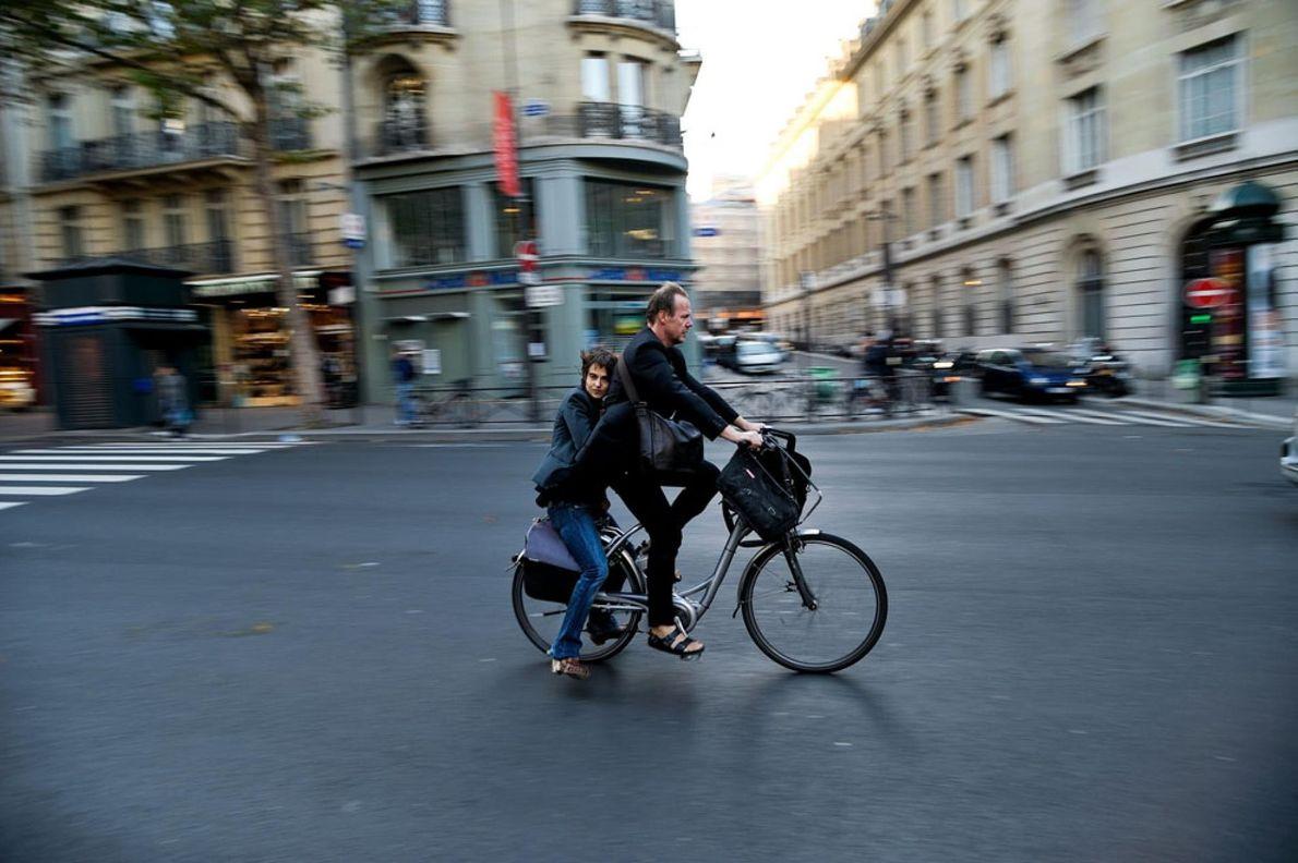 PARÍS, FRANCIA Por la tarde, una pareja en bicicleta andando por las calles parisinas.
