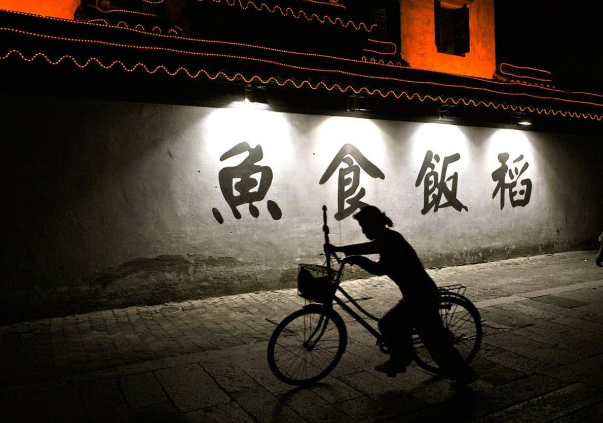 SUZHOU, CHINA En uno de los muchos canales de la antigua ciudad de Suzhou, una trabajadora se ...